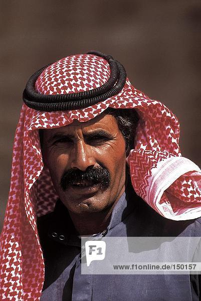 Portrait des mittleren erwachsenen Mann in traditioneller Kleidung