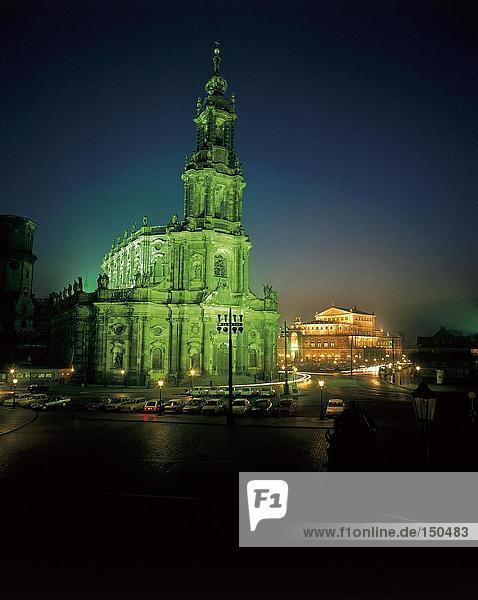 Autos geparkt vor der Kirche  Dresden  Deutschland