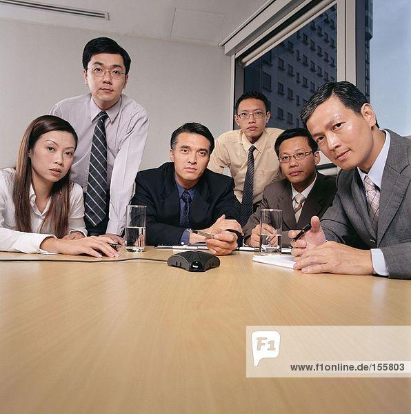 Geschäftsleute mit einer Telefonkonferenz