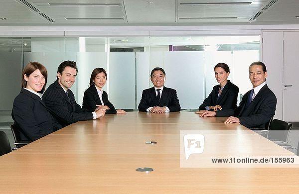 Lächelnde Geschäftsleute im Konferenzraum