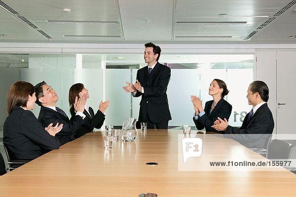 Geschäftsleute klatschen