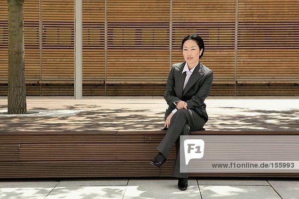 Geschäftsfrau auf Beinen sitzend