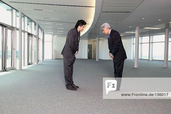 Asiatische Geschäftsleute verbeugen sich