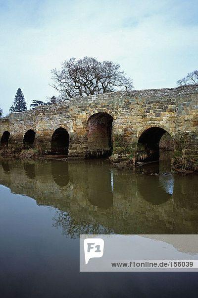 Brücke spiegelt sich im Fluss