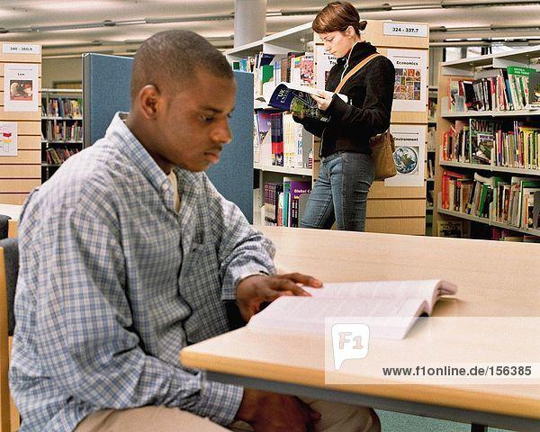 Studenten beim Lesen in der Bibliothek