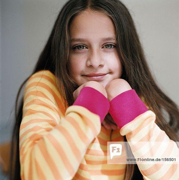 Porträt eines Mädchens mit gestreiftem Pullover