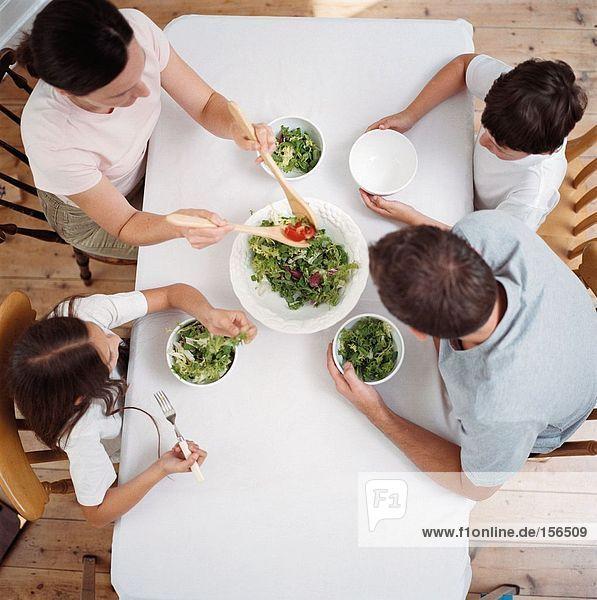 Familienessender Salat am Tisch