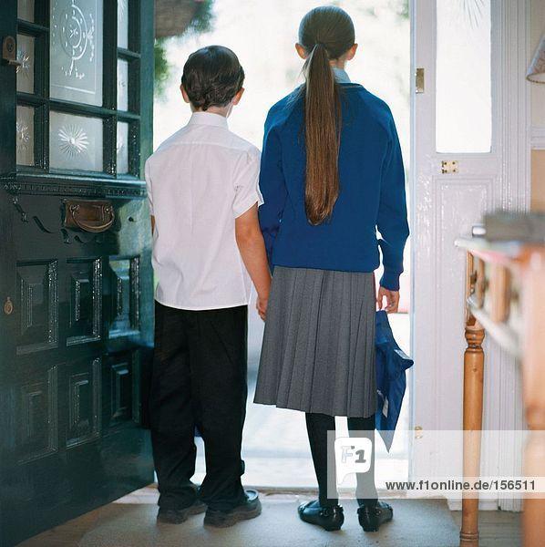 Schulkinder  die im Eingang stehen