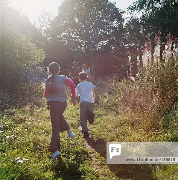 Familienlauf im Feld