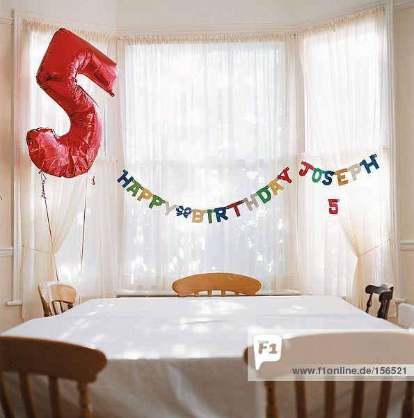 Zimmer zum Geburtstag dekoriert