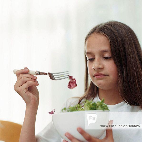 Mädchen mit einer Schüssel Salat