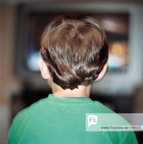 Junge beim Fernsehen