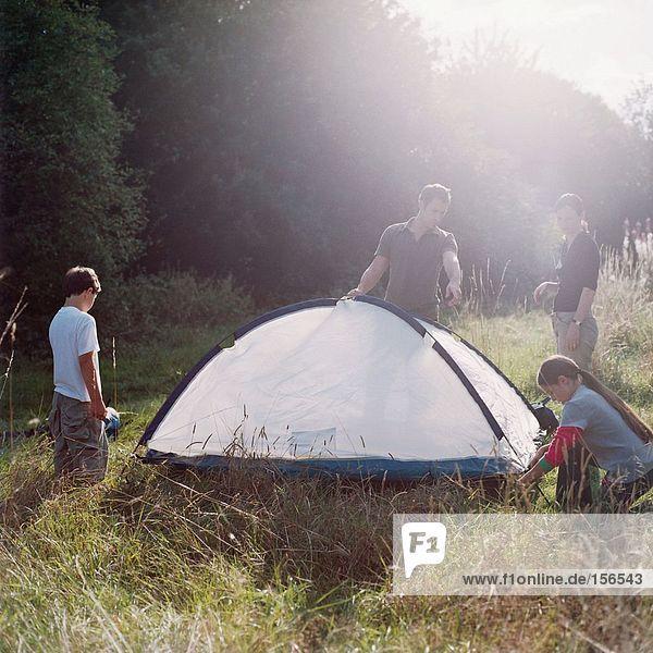 Familie baut ein Zelt auf