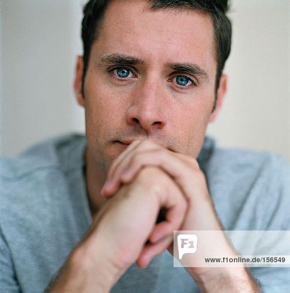 Porträt eines nachdenklich aussehenden Mannes