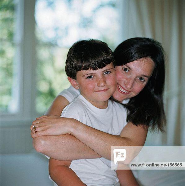 Mutter umarmt ihren Sohn