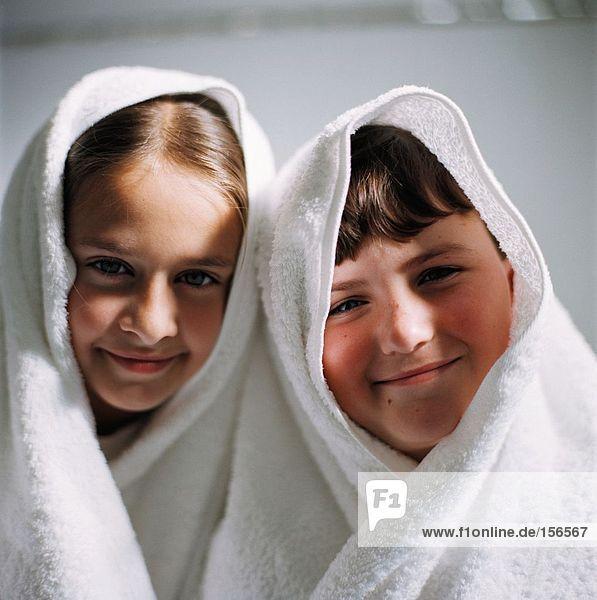 Kinder mit Handtüchern auf dem Kopf