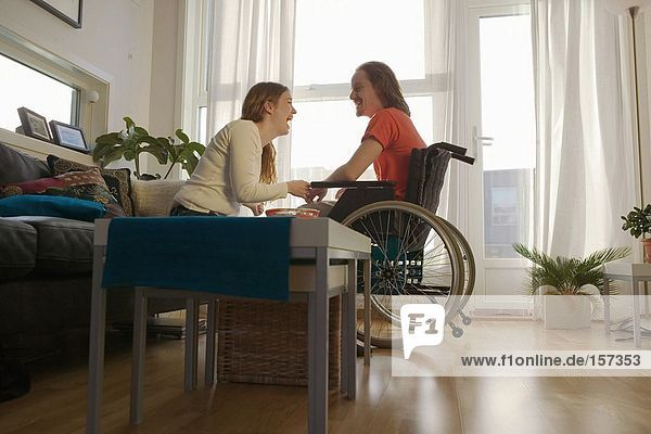 Behinderter Mann und Partner in der Wohnung