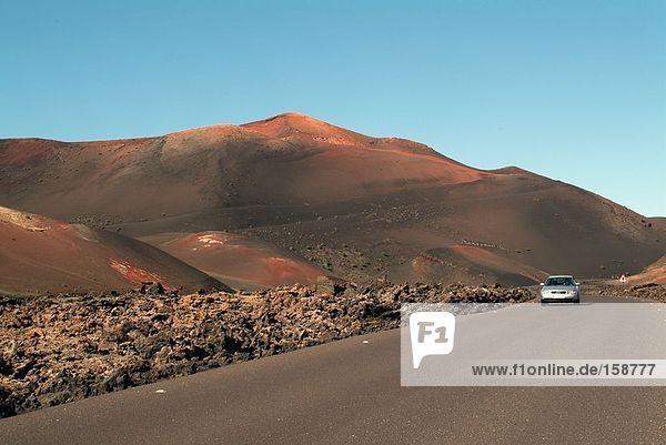 Auto auf Straße und Vulcano  Imanfaya  Lanzarote