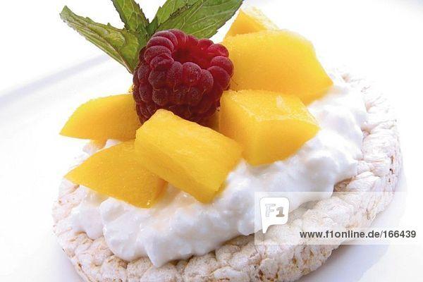 Reiscracker mit Baumwollkäse und Früchten