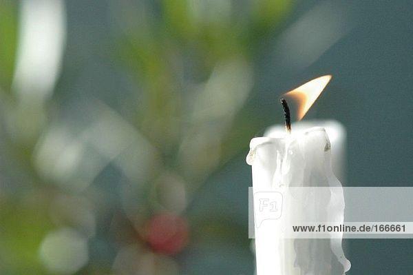 Weiße Kerze brennt  Nahaufnahme