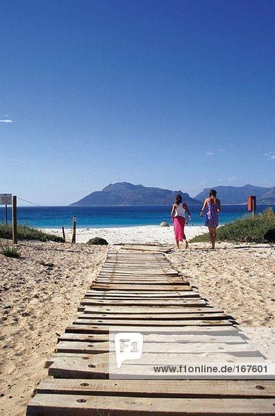Zwei Frauen auf dem Weg zum Strand  Südafrika
