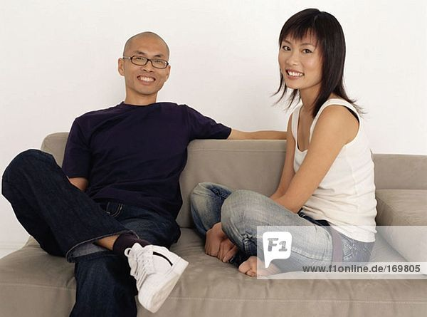 Asiatisches Paar auf Sofa