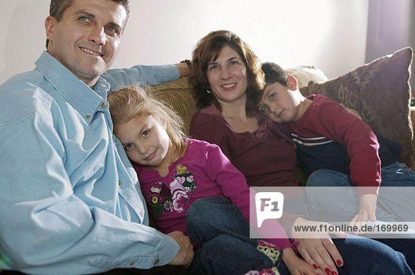 Familie ruht auf dem Sofa