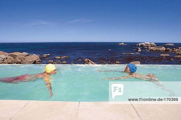 Paarschwimmen im Pool
