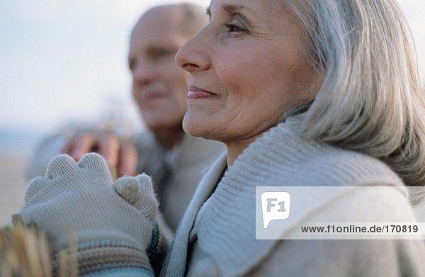 Seniorenpaar sieht nachdenklich aus