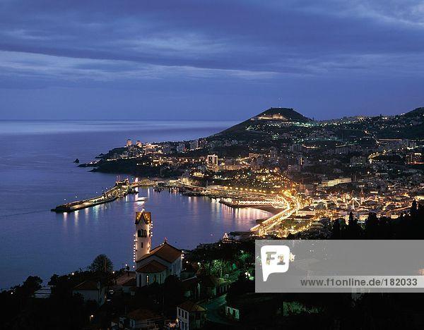 Stadt beleuchtet an der K??ste während  Funchal  Madeira Island  Portugal
