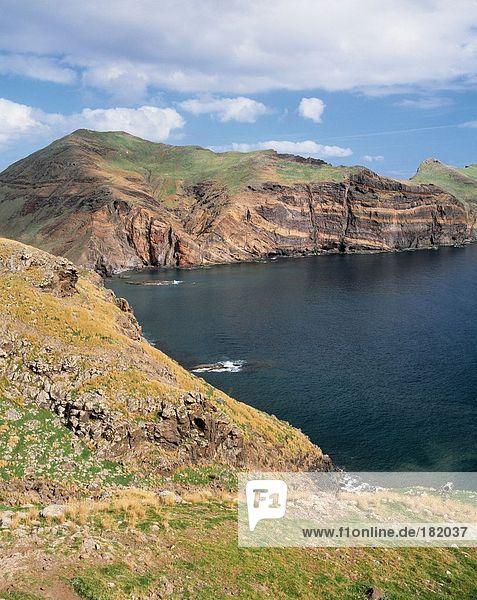 Erhöhte Ansicht der Klippen entlang River  Funchal  Madeira Island  Portugal