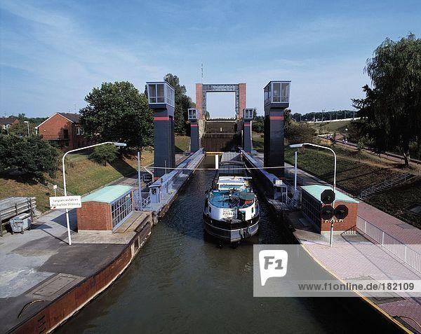 Handelsschiff im Kanal  Ruhrgebiet  Nordrhein-Westfalen  Deutschland