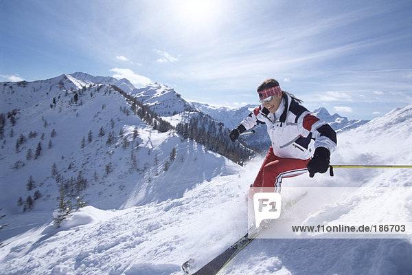 Frau beim Skifahren in den Bergen