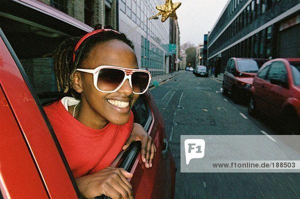 Lächelnde Frau mit Sonnenbrille