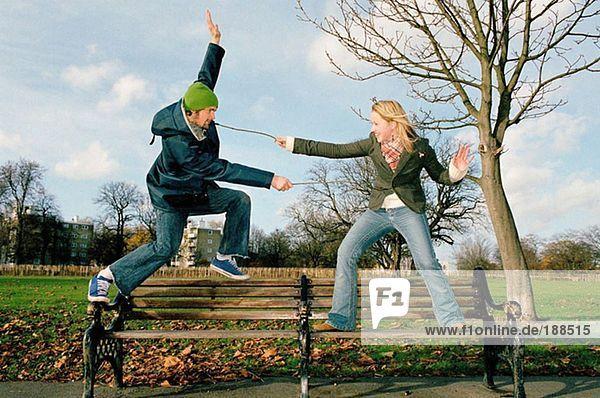 Paar spielt auf der Parkbank
