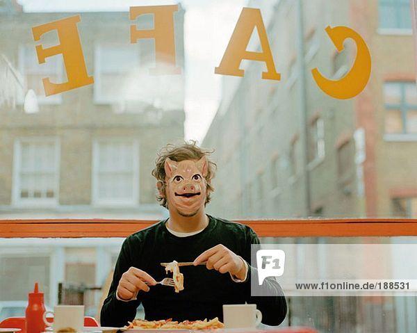 Mann mit Gesichtsmaske im Café