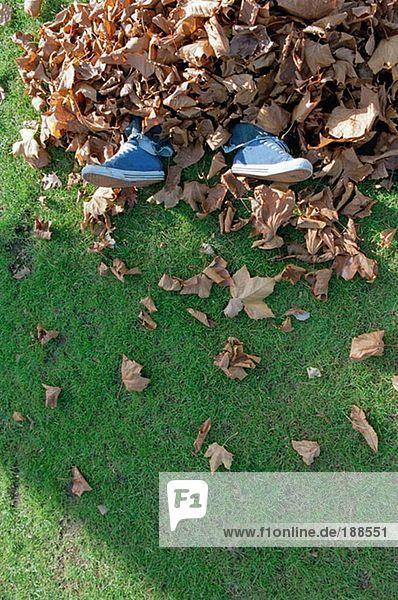 Mann in Blättern begraben
