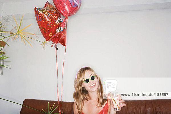 Junge Frau feiert Geburtstag