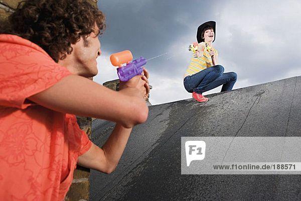 Paarspiel mit Wasserpistolen
