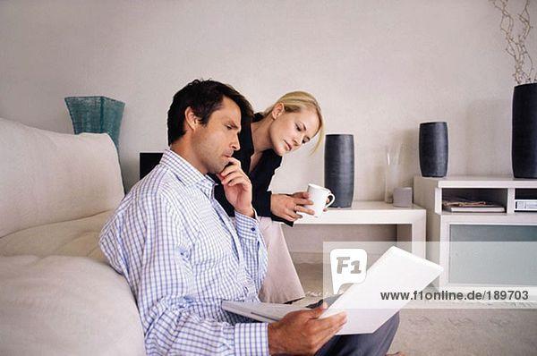 Paar mit Laptop im Wohnzimmer