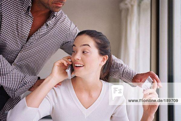 Mann  der versucht  eine Kreditkarte von seiner Freundin zu nehmen.