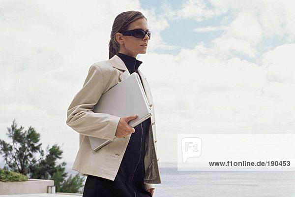 Stilvolle Frau mit Laptop