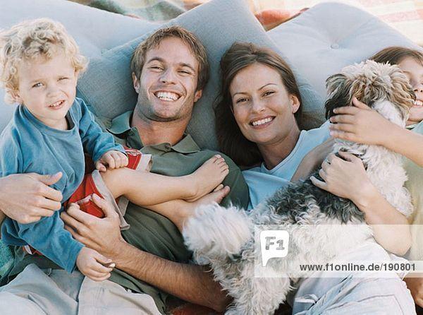 Glückliche Familie mit Haushund
