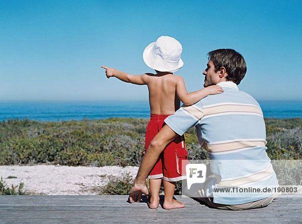 Vater und Sohn schauen auf die Aussicht