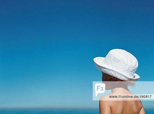 Junge mit Blick auf den Horizont