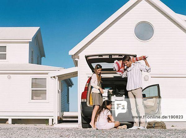 Familie beim Auspacken des Autos