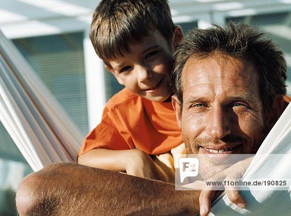 Vater und Sohn auf Hängematte