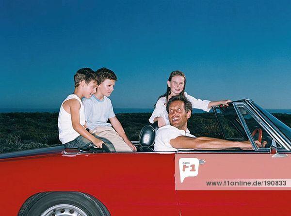Vater nimmt Kinder mit auf einen Roadtrip