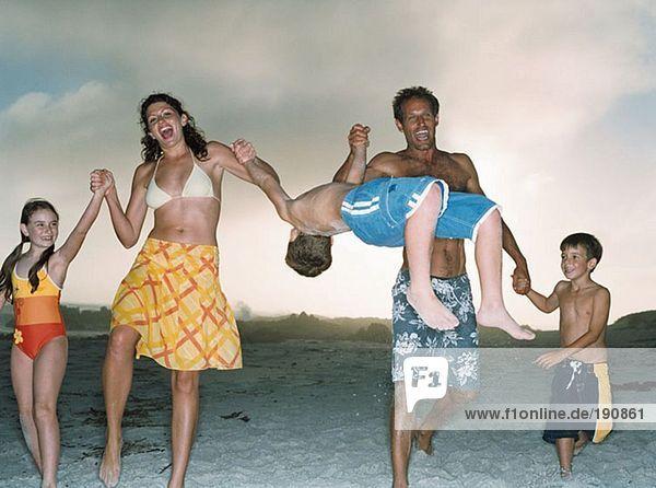Familie mit Spaß am Strand