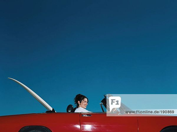 Frau fährt Cabrio